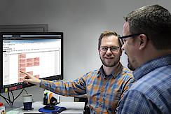 Sind von der Software überzeugt: Daniel Bender, Leiter Abteilung Service Industrie bei imes-icore (rechts), und Dominik Kreuzer, Service-Techniker.